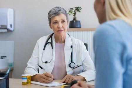 חשוב לבחור יחד - המטופלת והרופא - את הטיפול המתאים. צילום: thinkstock