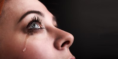 אלרגיה בעיניים גורמת לדמעות לגרד ולתחושת צריבה. צילום: שאטרסטוק