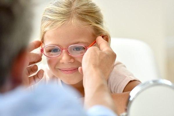 """ההחלטה מי צריך משקפיים ומתי - תתקבל ע""""י רופא/ת עיניים. צילום: שאטרסטוק"""