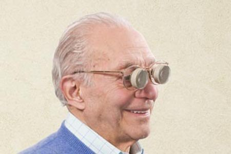 משקפיים טלסקופיים שמשים לשיפור הראייה למרחק. צילום: תשר געש