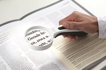 זכוכית מגדלת היא פתרון יחסית זול ופשוט לקריאה. צילום: תשר געש