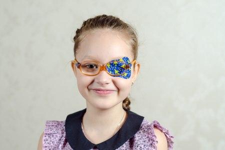 טיפול בעין עצלה באמצעות רטייה יכול למנוע היווצרות פזילה. צילום: שאטרסטוק