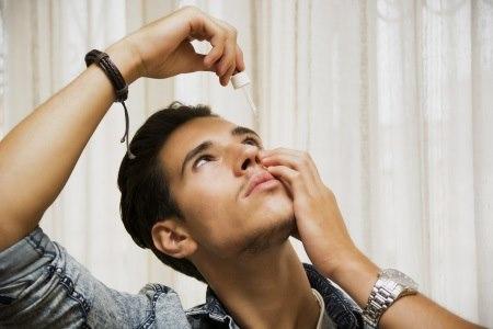 יש להימנע ממגע של פיית הבקבוק עם העין. צילום: thinkstock
