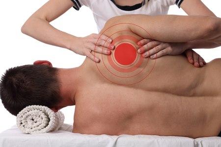 בשלב האבחון ממשש האוסטאופת את הגוף של המטופל. צילום: שאטרסטוק