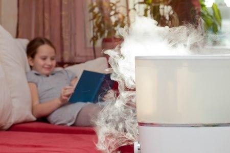 מכשיר אדים מוסיף לחות לחדר ומקל על תסמיני האסתמה. צילום: שאטרסטוק