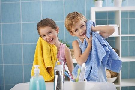 ההדבקה אפשרית גם על ידי מגע בחפצים, כמו מגבות או מצעים. צילום: שאטרסטוק