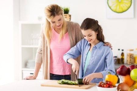 כדאי לאפשר לילד להשתתף במטלות הבית ואף להציע לו תפקידים. צילום: שאטרסטוק