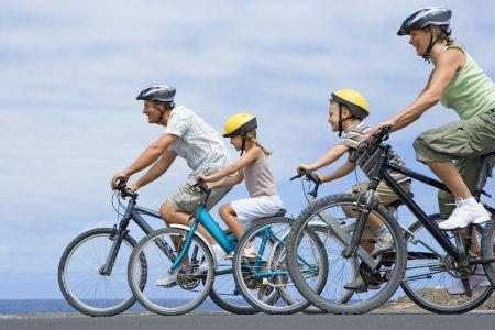 רכיבה על אופניים מתאימה לכל גיל. צילום: thinkstock