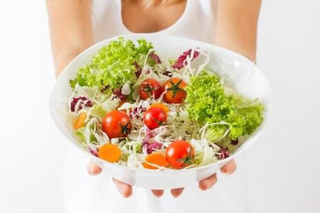 מומלץ להרבות באכילת פירות וירקות ולבצע פעילות גופנית. צילום: שאטרסטוק