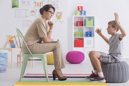 טיפול בילדים נעשה בצורה המזכירה משחק. צילום: שאטרסטוק