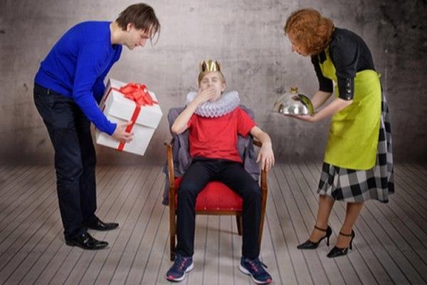 ילד אשר קיבל תחושת הערכה באופן מוגזם, חש שהכל מגיע לו. צילום: שאטרסטוק