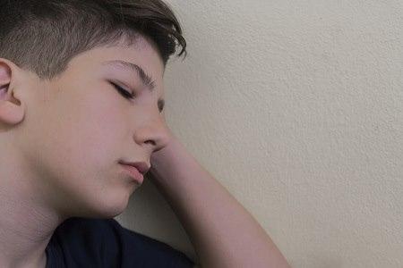 הסימן הראשון לדיכאון בילדים הוא עצבות שנמשכת כל היום. צילום: thinkstock