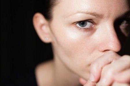 האדם הסובל מחרדה חברתית מתייסר במחשבות כואבות. צילום: thinkstock