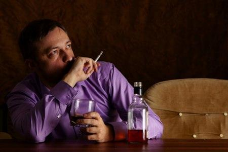 עישון סיגריות ושתיית אלכוהול - מזיק במיוחד (אילוסטרציה shutterstock)