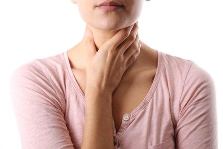 הופעה של נפיחות מתחת לעצם הלסת היא אחד התסמינים למחלה. צילום: שאטרסטוק