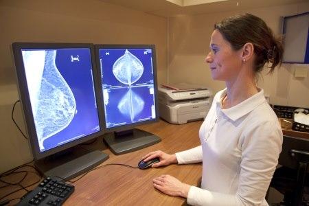 הבדיקה עוברת פענוח על ידי רדיולוג, מומחה לבדיקות שד. צילום: thinkstock