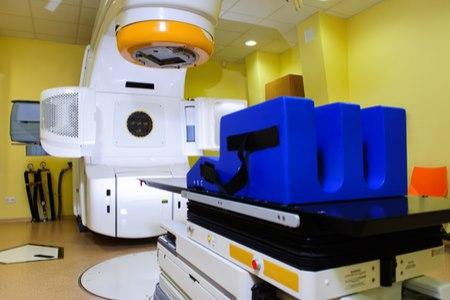 במהלך הטיפול, החולה שוכב בתוך מכשיר שסובב סביב החולה. צילום: שאטרסטוק