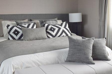 כיסוי מיטה וכריות הם מוקד משיכה לאבק וגורם מזרז לאלרגיה. צילום: שאטרסטוק