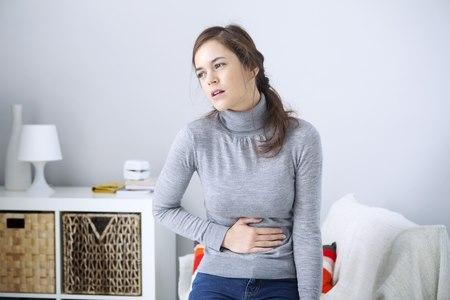 אחד התסמינים להליקובקטר פילורי הם כאבים ברום הבטן אחרי הארוחות. צילום: שאטרסטוק