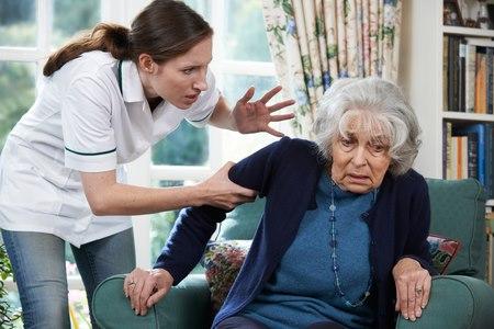 ויכוחים ועימותים בין המטפל לקשיש הם סימן אזהרה. צילום: שאטרסטוק