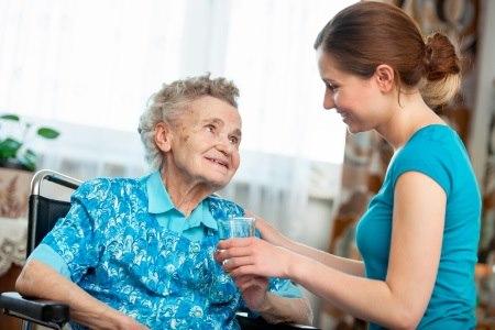 חשוב כי המשפחה תברר מהם הכישורים והיכולות של המטפל. צילום: שאטרסטוק