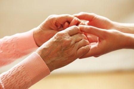 בעזרת ידע והכוונה נכונים, ניתן להעניק טיפול סיעודי בבית. צילום: שאטרסטוק
