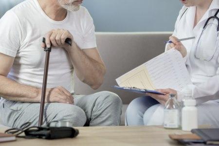 """ההערכה ע""""י מומחה נוסף מתבצעת בביתו של הקשיש. צילום: שאטרסטוק"""