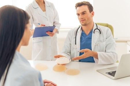 לפני הניתוח המטופלת והרופא יפגשו לשם תיאום ציפיות. צילום: שאטרסטוק