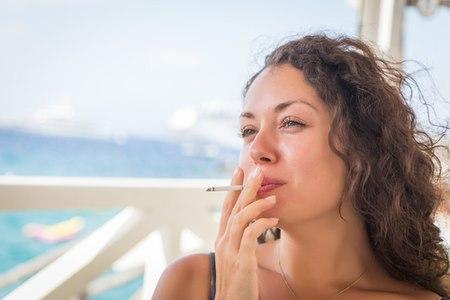 נשים מעשנות סובלות מהזדקנות מואצת של עור הצוואר. צילום: שאטרסטוק