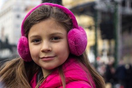 שימוש בכובע צמר או מגן אוזניים בזמן רוח או קור עשוי לסייע. צילום: שאטרסטוק
