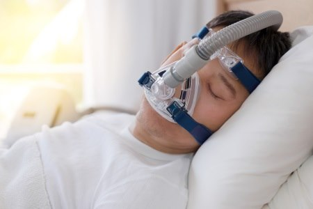 תפקידה של מסכת CPAP הוא להכניס לחץ חיובי בשינה. צילום: thinkstock