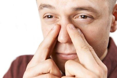 סינוסיטיס חריפה מתבטאת בכאבים באזור הפנים. צילום: שאטרסטוק