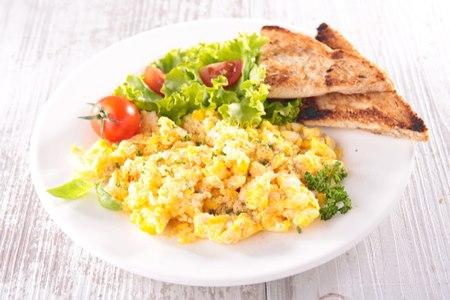 מומלץ לאכול פחמימות פשוטות, כמו סלט או ביצים. צילום: שאטרסטוק
