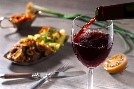 כאשר אתם שותים אלכוהול, עשו זאת תמיד בליווי ארוחה מלאה. צילום: שאטרסטוק