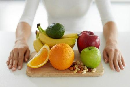 מומלץ לאכול ביחד עם הפרי חופן קטן של שקדים או אגוזים. צילום: שאטרסטוק