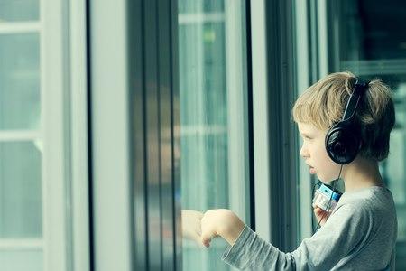 אבחון אוטיזם מבוסס על תצפיות על הילד ואיתור בעיות תקשורת. צילום: שאטרסטוק
