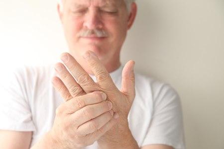 עקצוץ בכפות הידיים המופיע בתדירות גבוהה מחייב בדיקה. צילום: שאטרסטוק