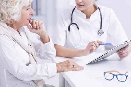 עם קבלת האבחנה, חשוב לפנות לנוירולוג מומחה לפרקינסון. צילום: שאטרסטוק