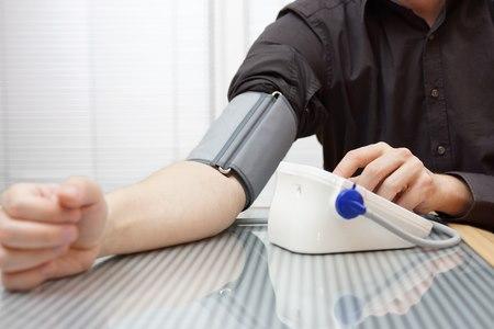 יש למדוד במצב ישיבה, כששרוול המדידה בגובה הלב. צילום: שאטרסטוק