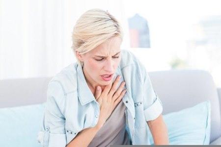 התסמינים הקשורים בפגיעה הלבבית המסתמית, יכולים להתבטא בקוצר נשימה. צילום: שאטרסטוק