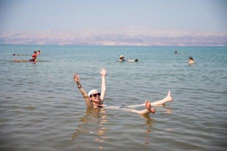 אחד הטיפולים הנפוצים בפסוריאזיס הוא טבילה בים המלח. צילום: שאטרסטוק