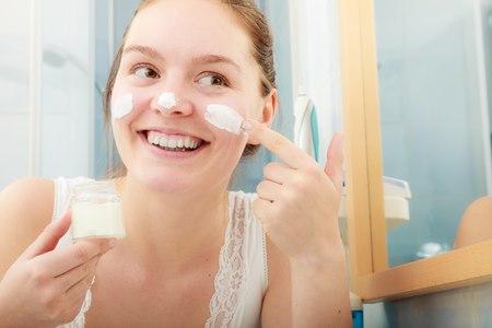 חשוב להקפיד למרוח קרמים (בוקר וערב) על עור הפנים. צילום: שארטסטוק
