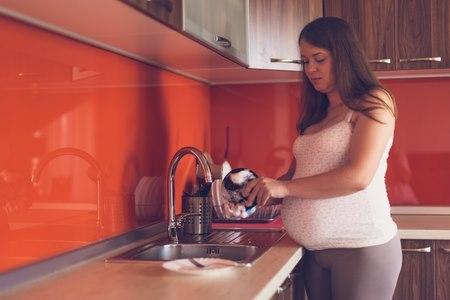 לאחר הכנת בשר נא, רחצי במים וסבון את כלי החיתוך ואת הידיים. צילום: שאטרסטוק
