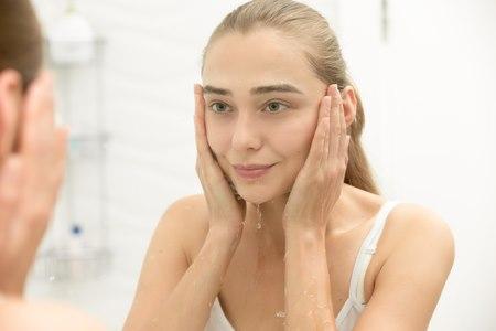 חשוב מאוד להקפיד על ניקוי וחיטוי עור הפנים. צילום: שאטרסטוק