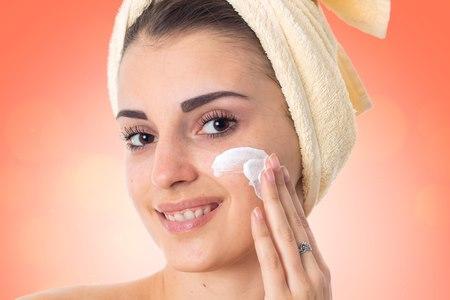 חשוב להזין את העור ולבחור קרם לחות שמתאים לסוג העור. צילום: שאטרסטוק