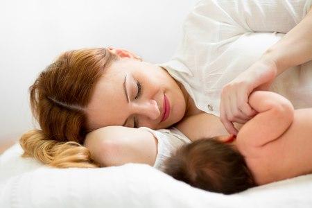 בכל תנוחת הנקה חשוב שהתינוק יתפוס את השד באופן נכון. צילום: שאטרסטוק