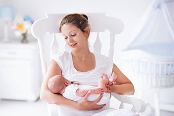 ייתכן שהנקה מחזקת את מערכת החיסון ומונעת חולי וזיהומים. צילום: שאטרסטוק