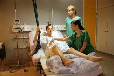ביום הלידה, מומלץ להביא את שמן העיסוי אל חדר הלידה. צילום: thinkstock
