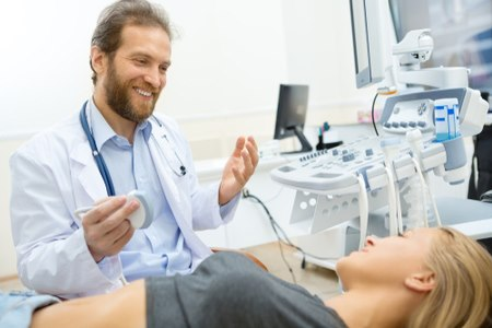 בעזרת האולטרסאונד, סוקר הרופא את מערכות העובר. צילום:שאטרסטוק