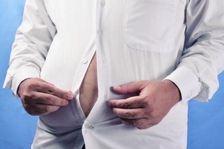 חסר בטסטוסטרון מאופיין בהשמנה באזור הבטן . צילום: שאטרסטוק